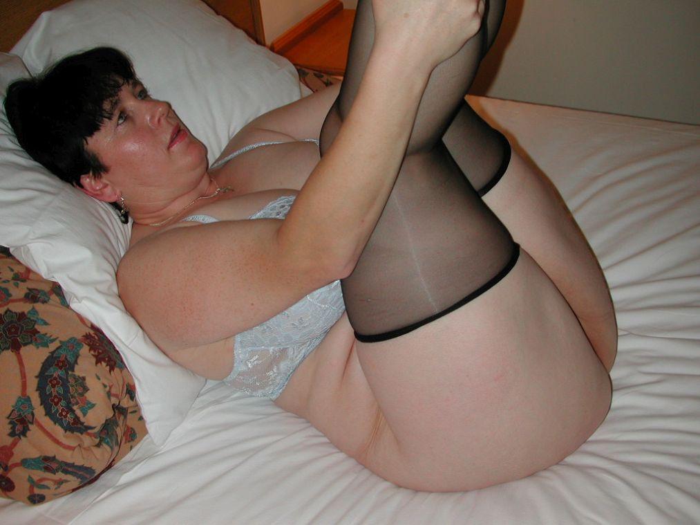 Dicke Frau zeigt nackten Hintern